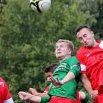 Torben Dethof im Luftzweikampf gegen den FC Lauenburg.  Foto: Piel